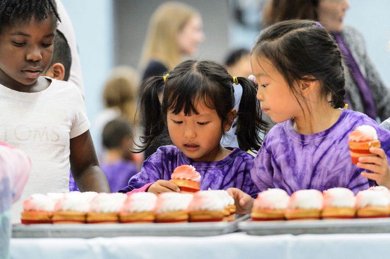 Children eating cupcakes